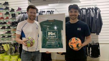 Brede smil! MX Sport Malvik er stolt sponsor av Hommelvik IL fotball og håndball. F.v: Nyansatt daglig leder Anders Myrland og butikkmedarbeider Sigurd Malvik.